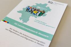 """Flyer des Hessischen Landesnetzwerks """"Integration durch Qualifizierung (IQ)"""""""