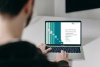 Laptop mit Startbilschirm der Qualifizierungsbegleitung InFA